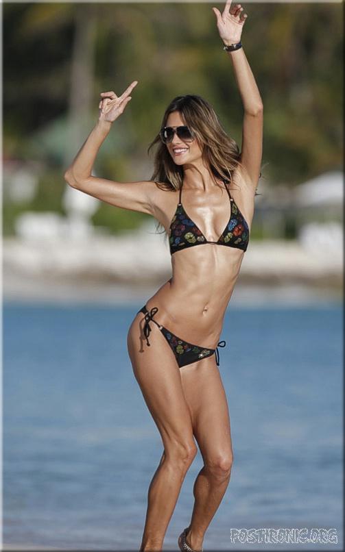 Алессандра Амбросио разделась на пляже